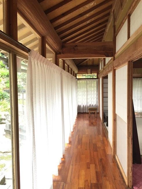 日当たりのよい縁側は日向ぼっこにぴったり♪ここからは日本庭園を眺めることができます。
