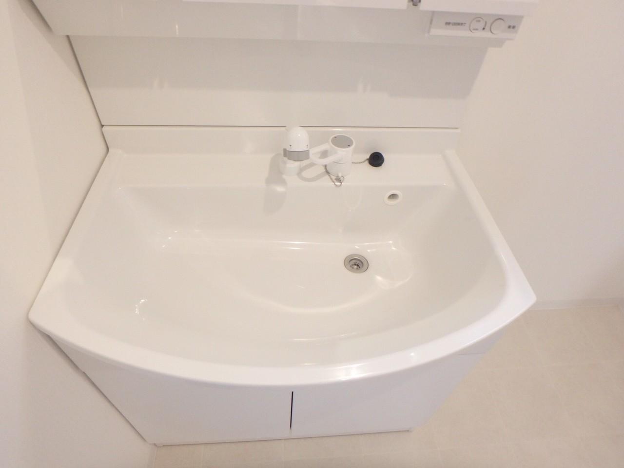 洗面台は広々シンクのシャワー水洗になっています。コンセントが付いていて便利です♪
