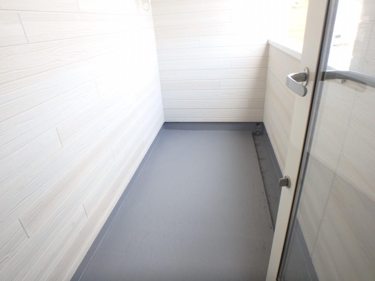 バルコニーは洋室8帖のお部屋と繋がっています。屋根付きなので突然の雨も安心です。