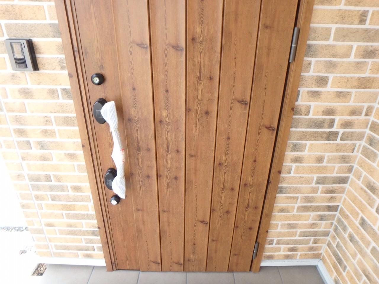 玄関ドアです。木目調でかわいいドアです♪ダブルロックで防犯面も安心です。