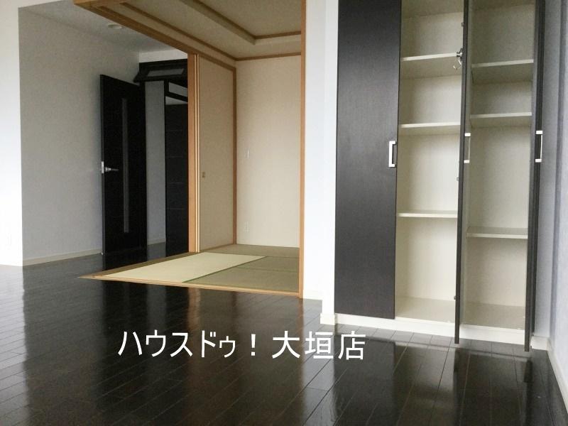 リビングには収納棚があり細々した物の収納に。