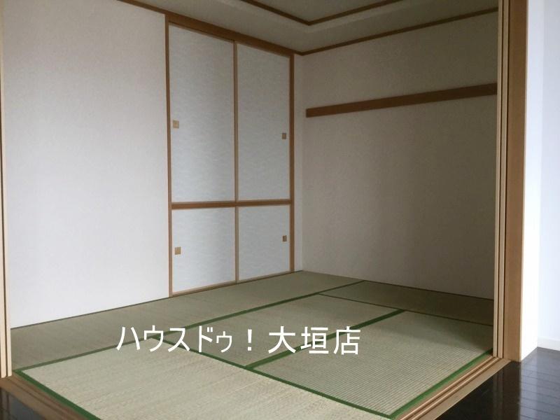 リビングに隣接された和室は寝室やお子様の遊びスペースなど、使い方いろいろ。
