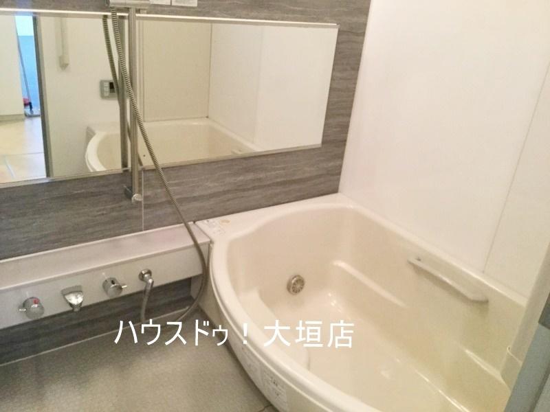 大きな鏡は浴室を広くみせます。