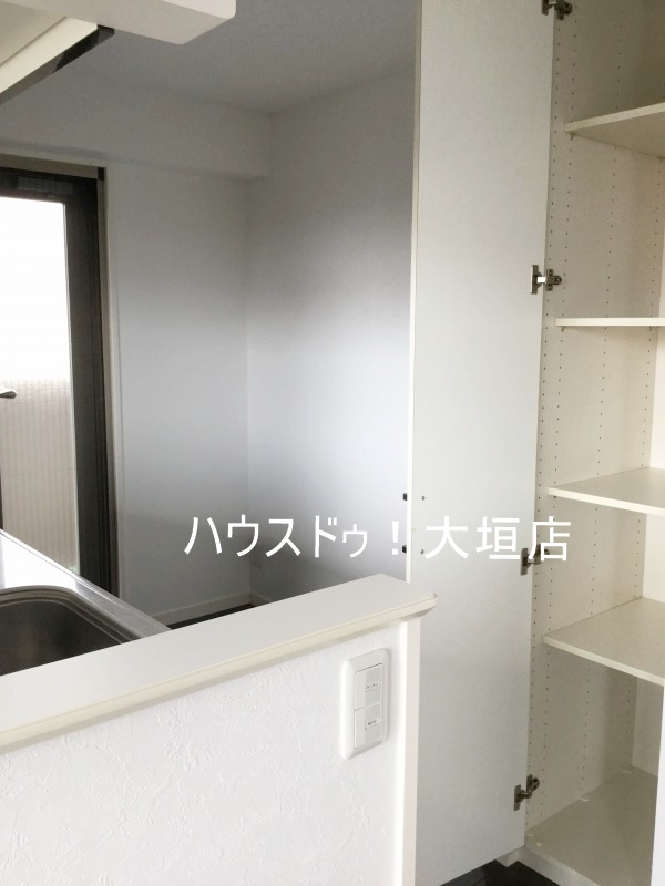 キッチン横の収納は食品のストックなど隠して収納。