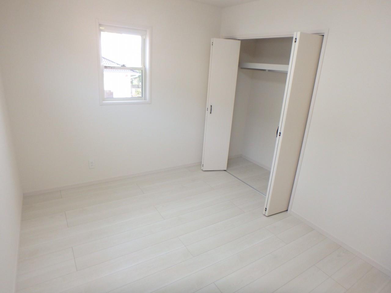 2階の洋室です。どの部屋にもたくさん入る収納があり、しっかり整理整頓出来ます。