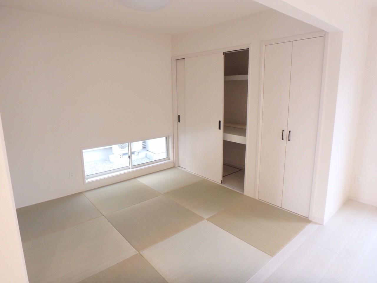 和室はリビングの雰囲気を損なわない琉球畳です。大容量収納で1階の整理整頓もバッチリです♪