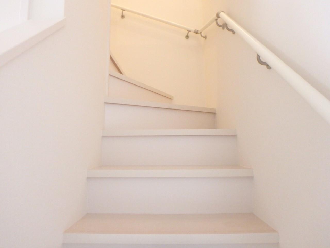 階段は手すり付きですので毎日の上り下りも安心です。