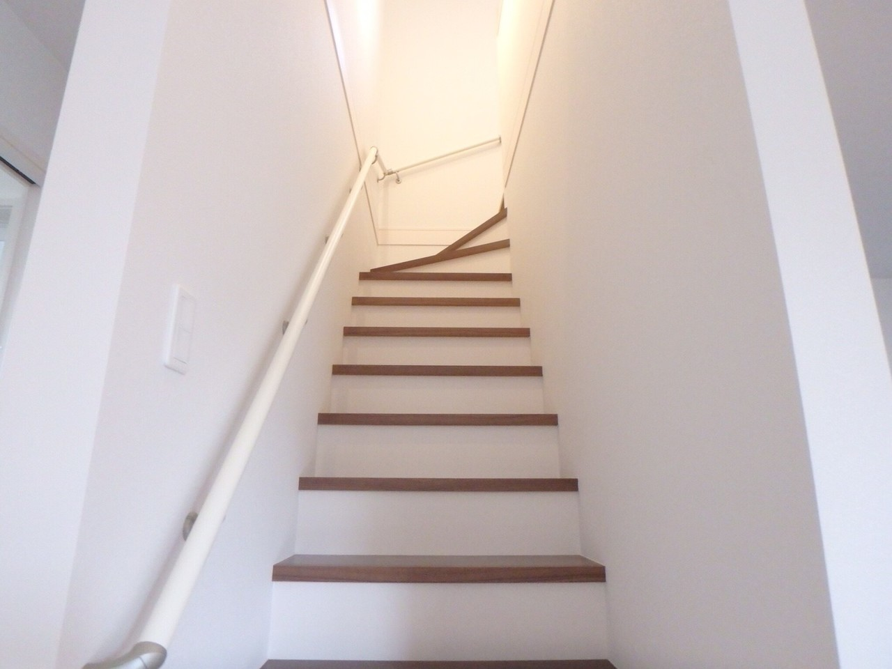 階段は手すりがついていますのでご年配の方も安心です。