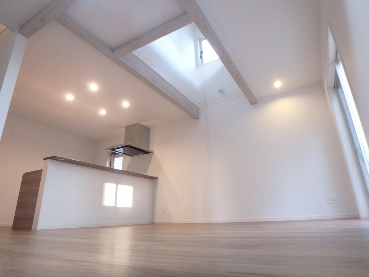 吹き抜けがありとても明るい室内です。
