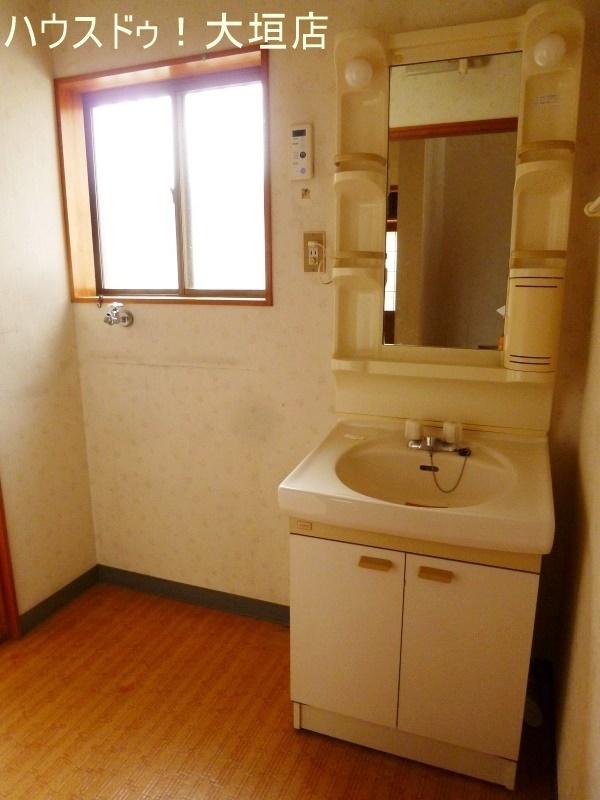 収納付の洗面台。物が多くなりがちな洗面回りもスッキリします。