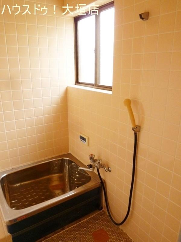 コンパクトな浴室。