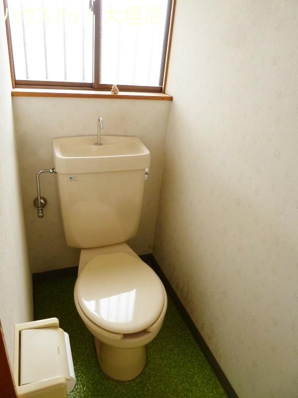 窓からの日差しで明るいトイレ。