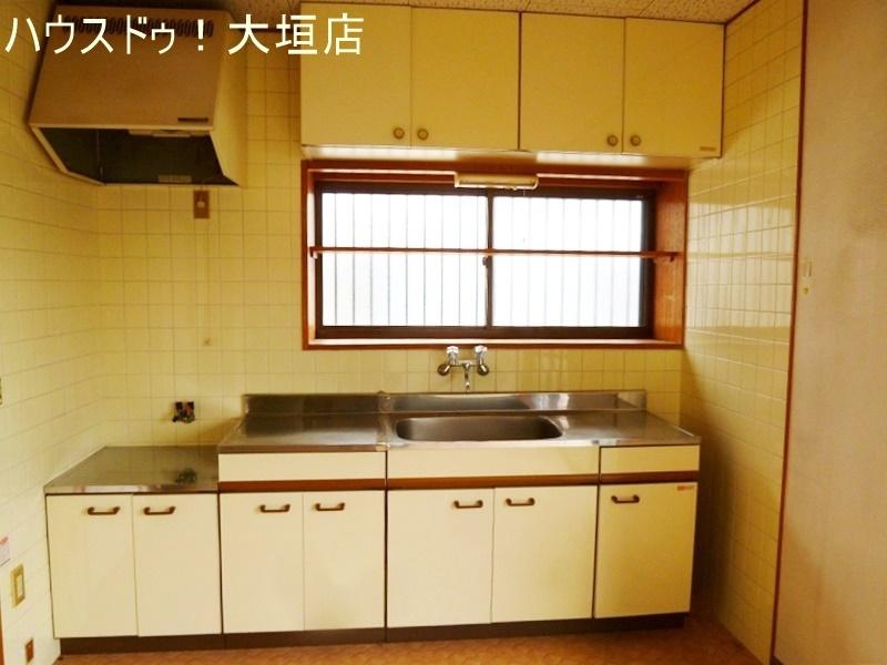 正面の窓は、においがこもりがちなキッチンの換気にも便利です。