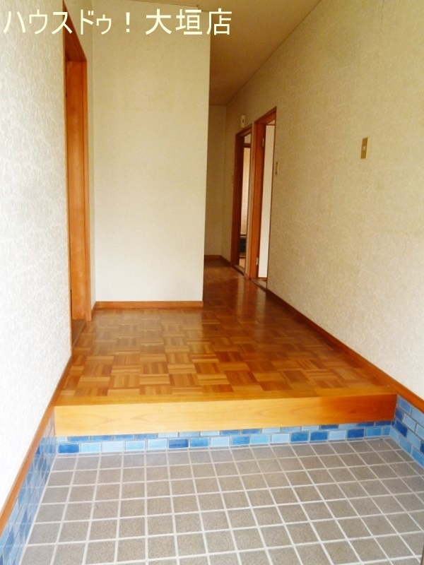 吹き抜けのある玄関。狭さを感じさせない空間です。
