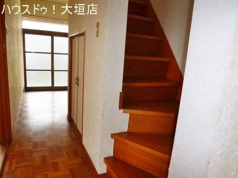 玄関からの光で、暗くなりがちな廊下も明るくなります。