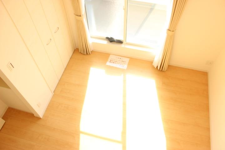 バルコニーから射す光がお部屋を照らします。