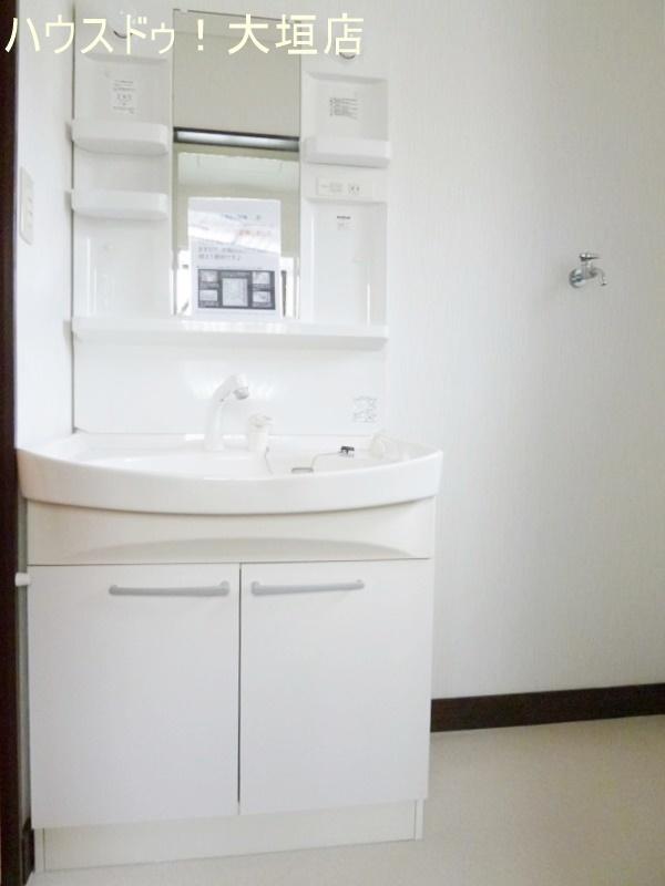 収納棚のついた洗面台。洗濯機も室内に置けます。
