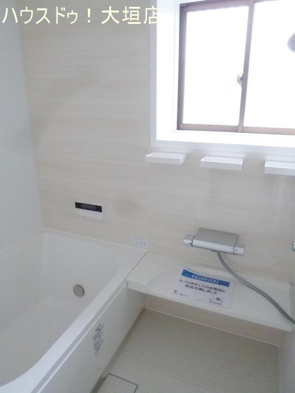 清潔感のある白を基調とした浴室。一日の疲れも一気に取れます。