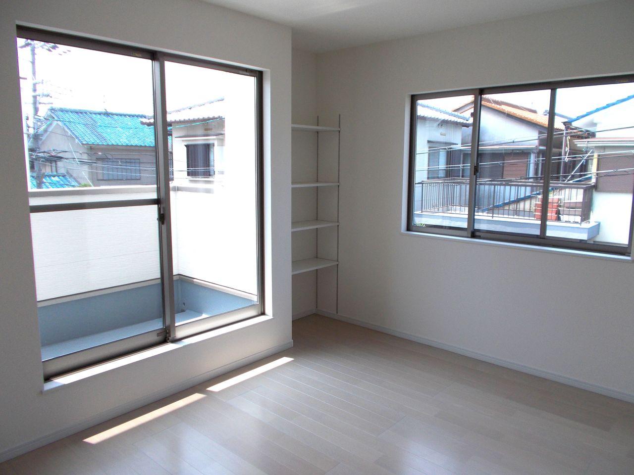 2階7帖洋室には便利な棚を配置。 ウォークインクローゼットと合わせて 便利にお使い頂けます。