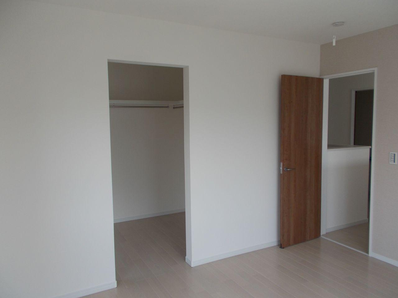 2階7帖洋室のウォークインクローゼットは 約3帖にゆったりスペース。