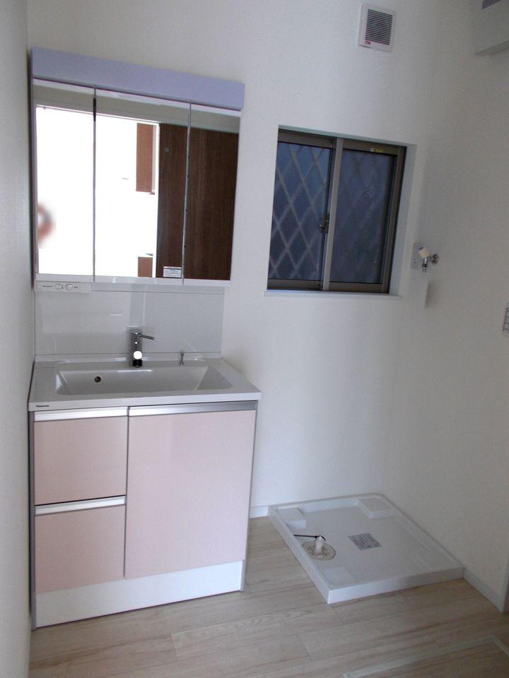 洗面台はシャンプードレッサー付き。 キッチンから直接入れますので 効率良く家事が進みます。