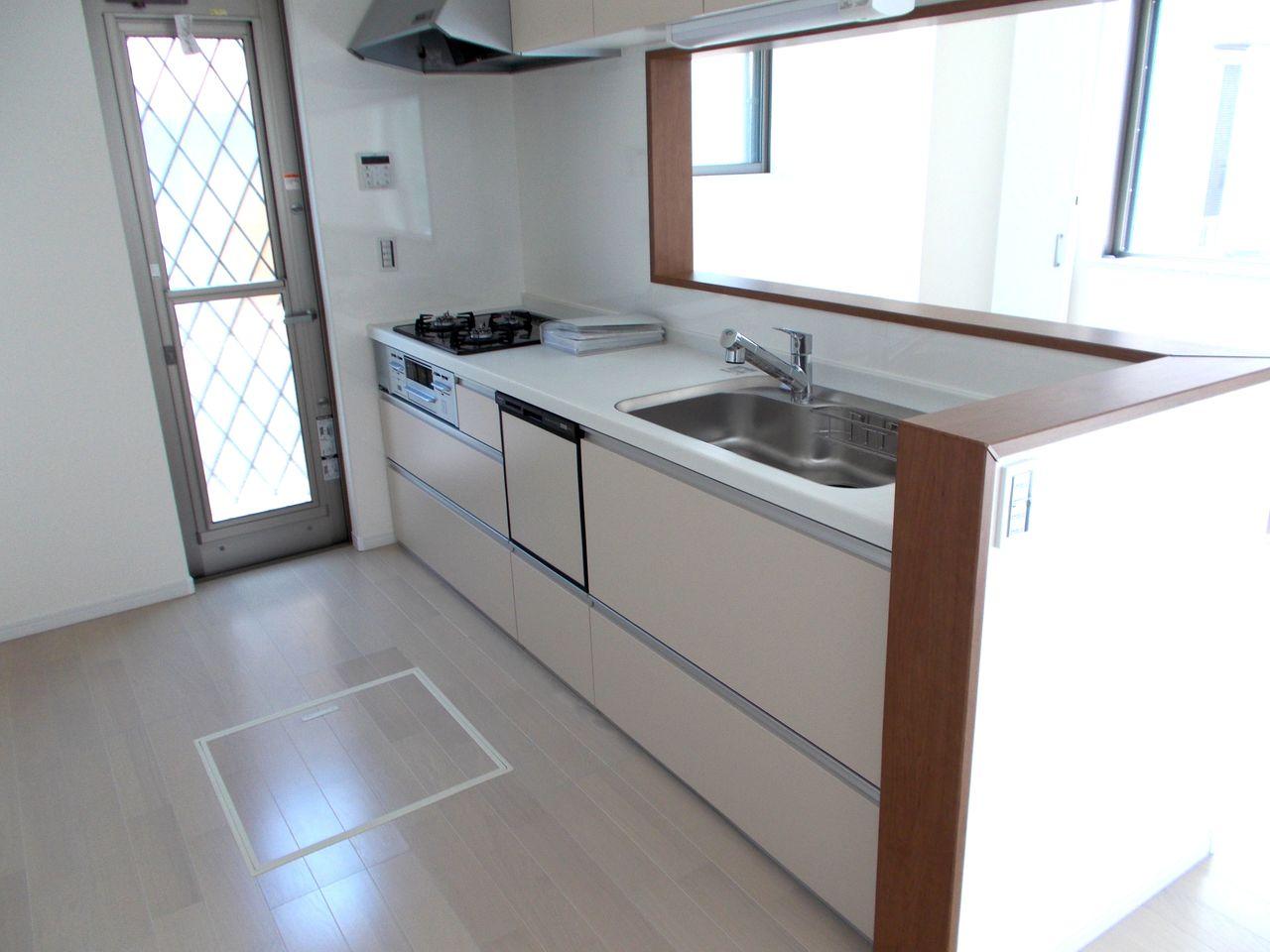 対面式のキッチンには食器洗浄乾燥機を装備。 家事の負担を軽減。 便利な勝手口や床下収納も備えております。