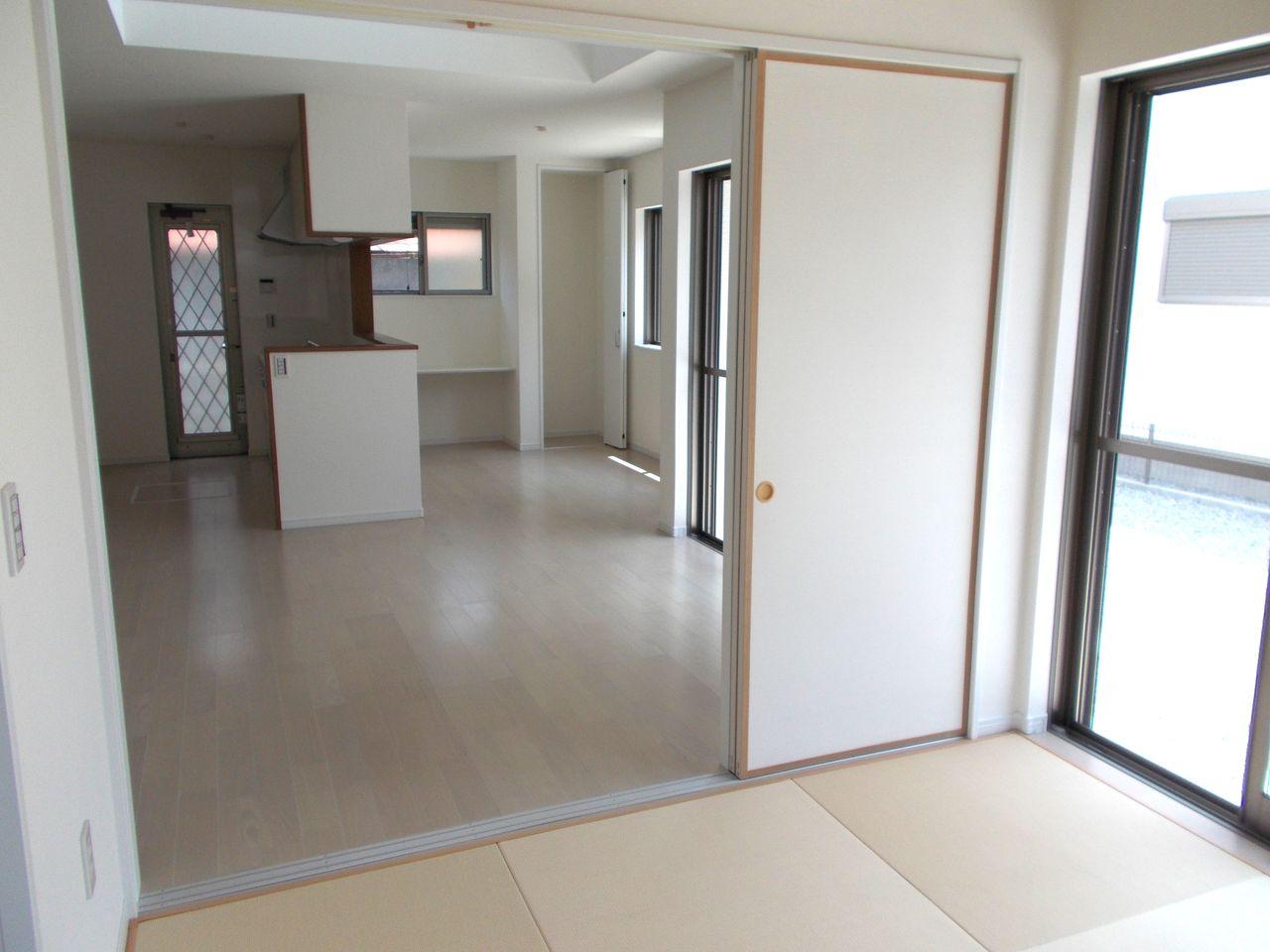 和室とLDKを合わせると20.5帖の大空間。 大家族様でもゆったりお住まい頂けます。