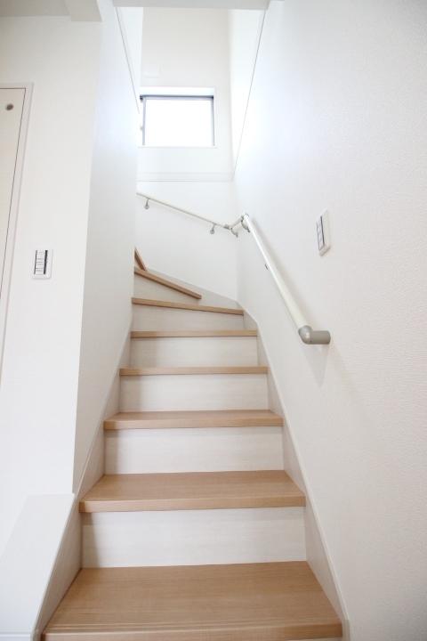 ゆるやかな階段には手すりもついています。