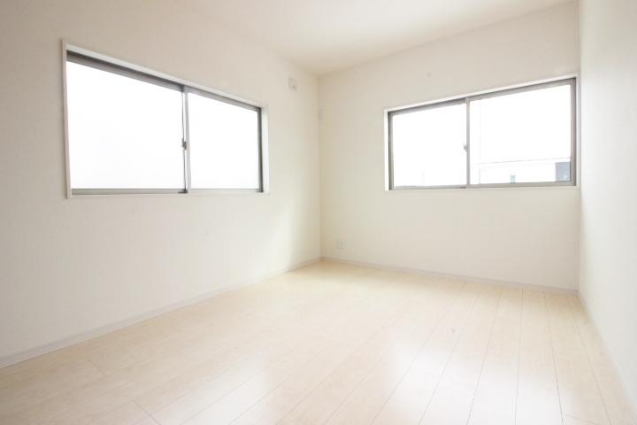 大きな窓。室内に明るい光が差し込み快適な暮らしをお約束します!!