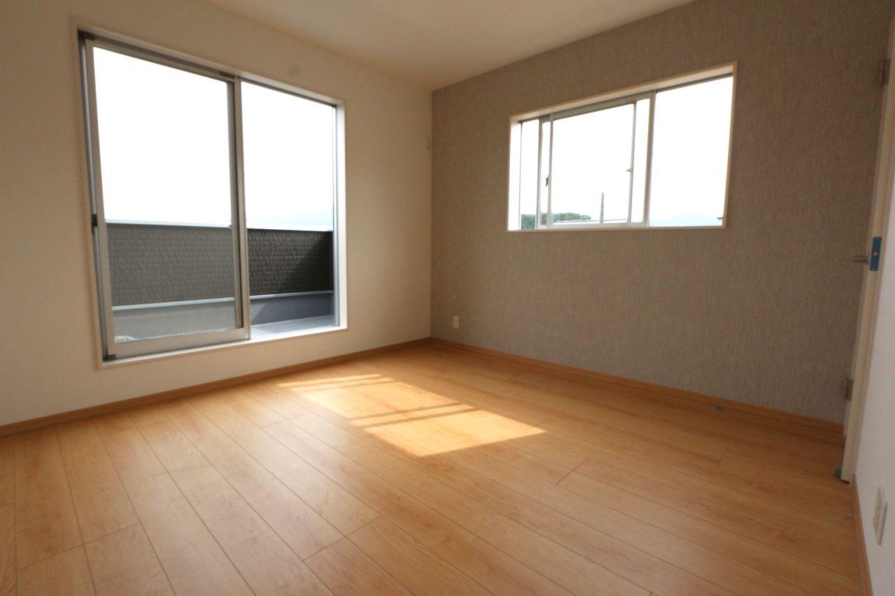 2階洋室は全てフローリング貼で お掃除も簡単です。