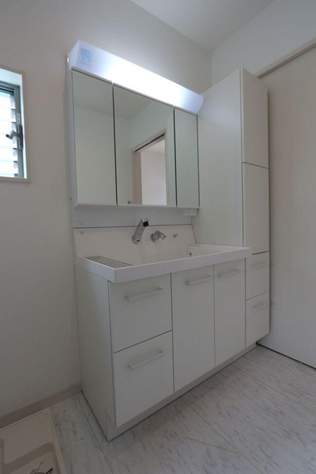 洗面台は90センチ幅のワイドサイズ。 床下収納も備えております。