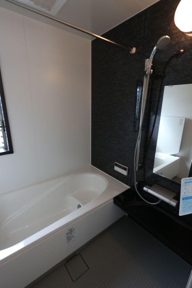 浴室は広々1坪タイプ。 浴室乾燥機と追焚機能も完備。