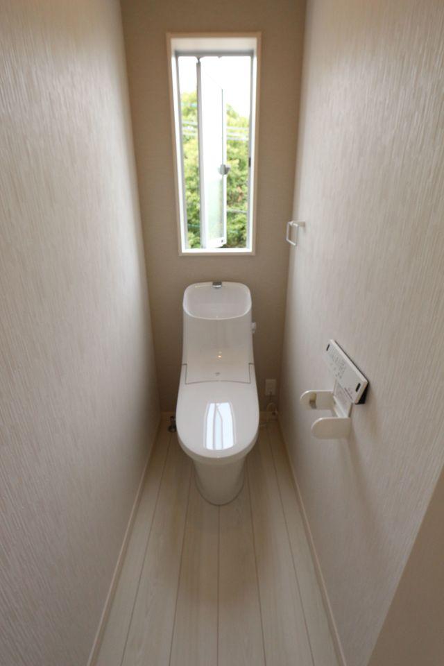 1・2階共に洗浄便座を採用。 タンク一体型ですのでお掃除の 手間も省けます。