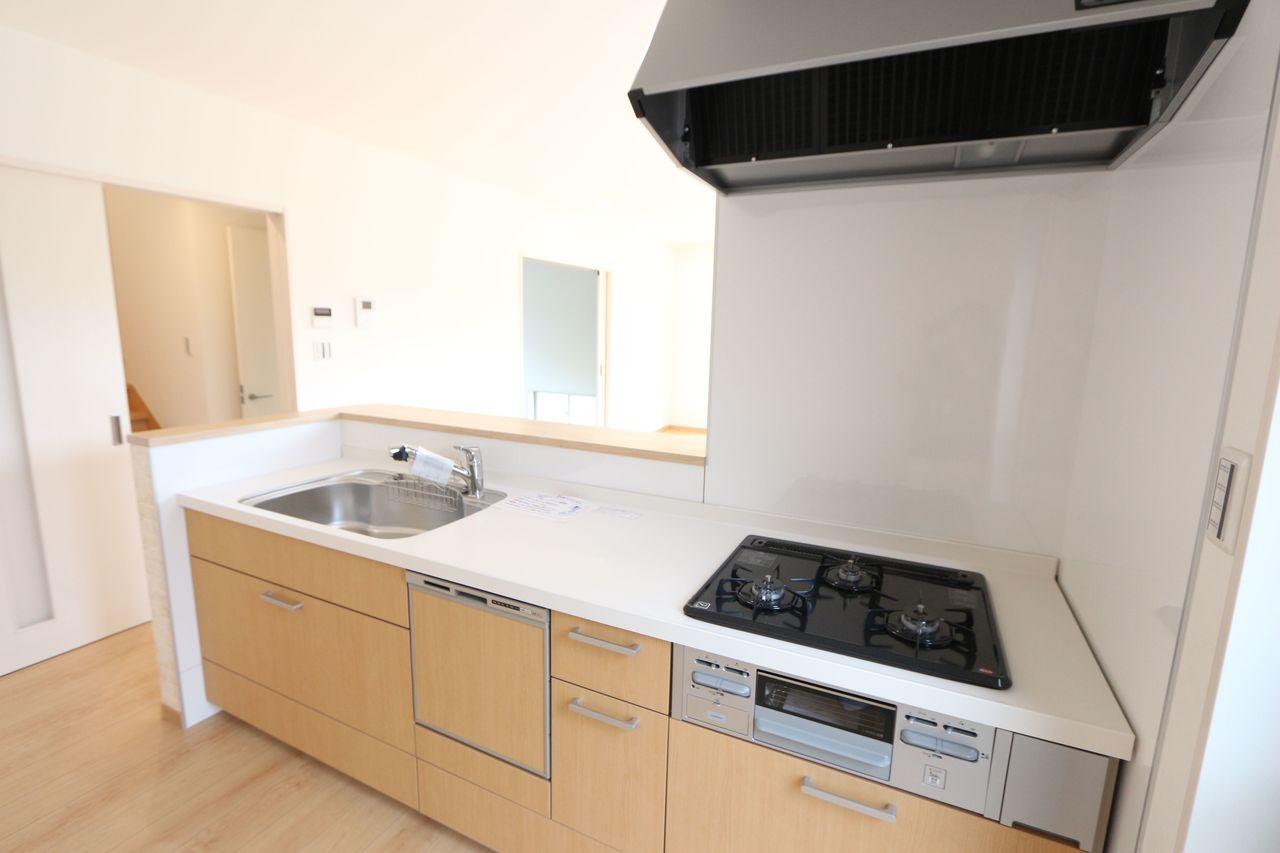システムキッチンには食器洗浄乾燥機を完備。 家事の負担を軽減します。