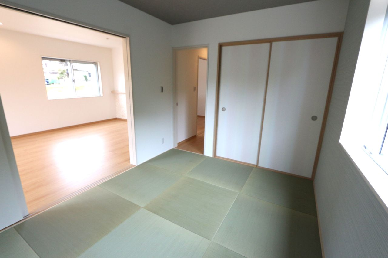 リビングからの光も入り、明るい室内。 琉球畳を採用し、モダンな雰囲気に なりました。