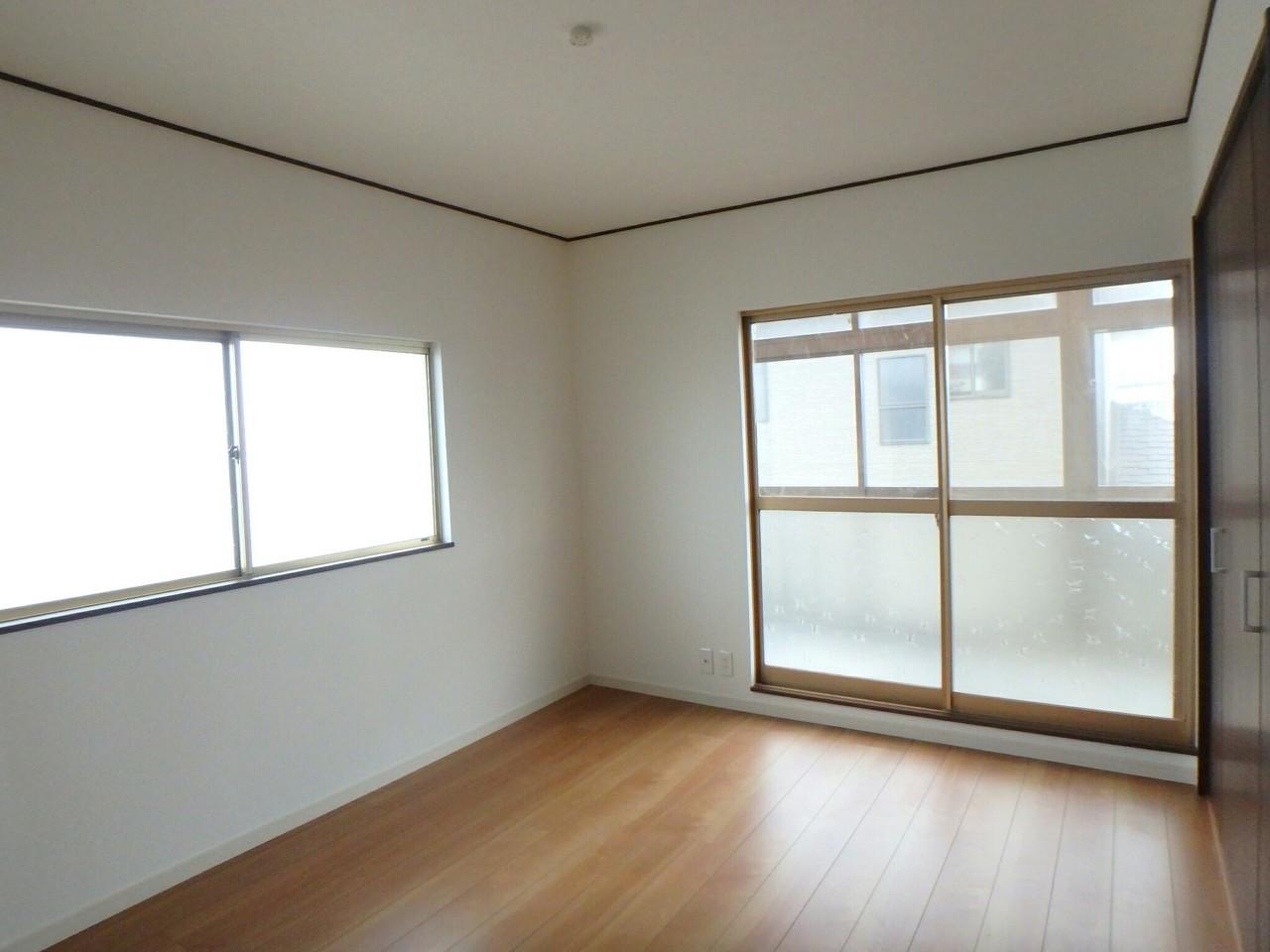 二階の洋室です。二面採光なので明るく暖かいです。