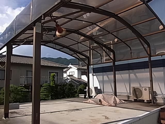 車庫には2台駐車可 車庫の上はプレイスペースとしていろんな使い方ができます♪