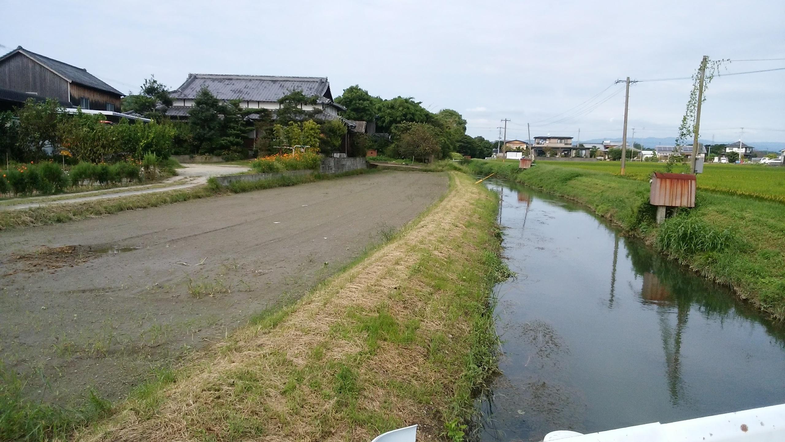 【外観写真】 南側に田んぼがあります。道路にして入り口にすることもできます。