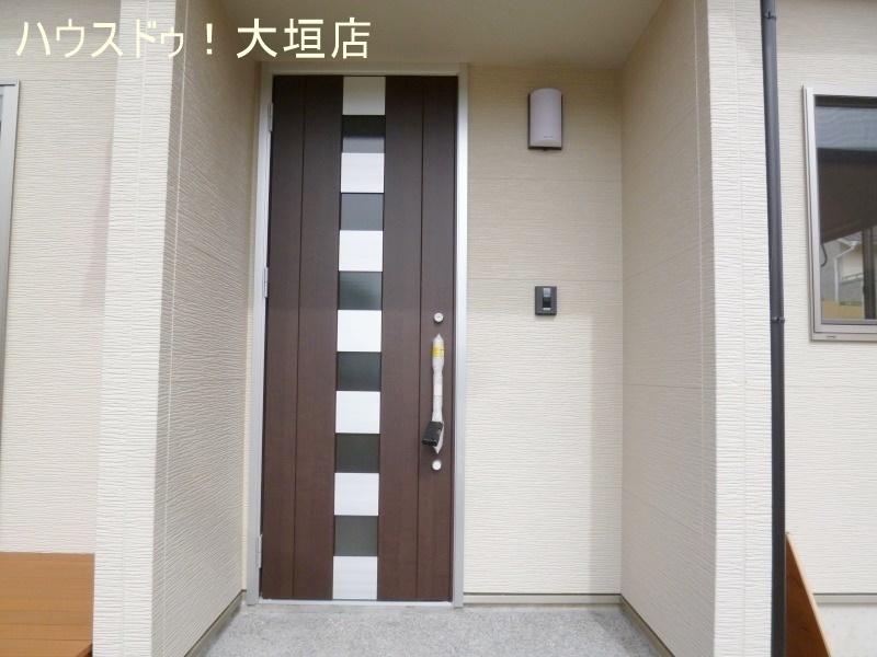 南向きの玄関は、ご家族・お客様を明るくお迎えできます。