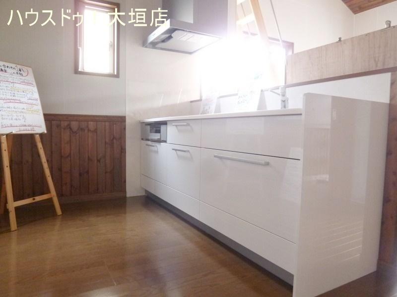 白を基調としたスタイリッシュなキッチン(^^♪