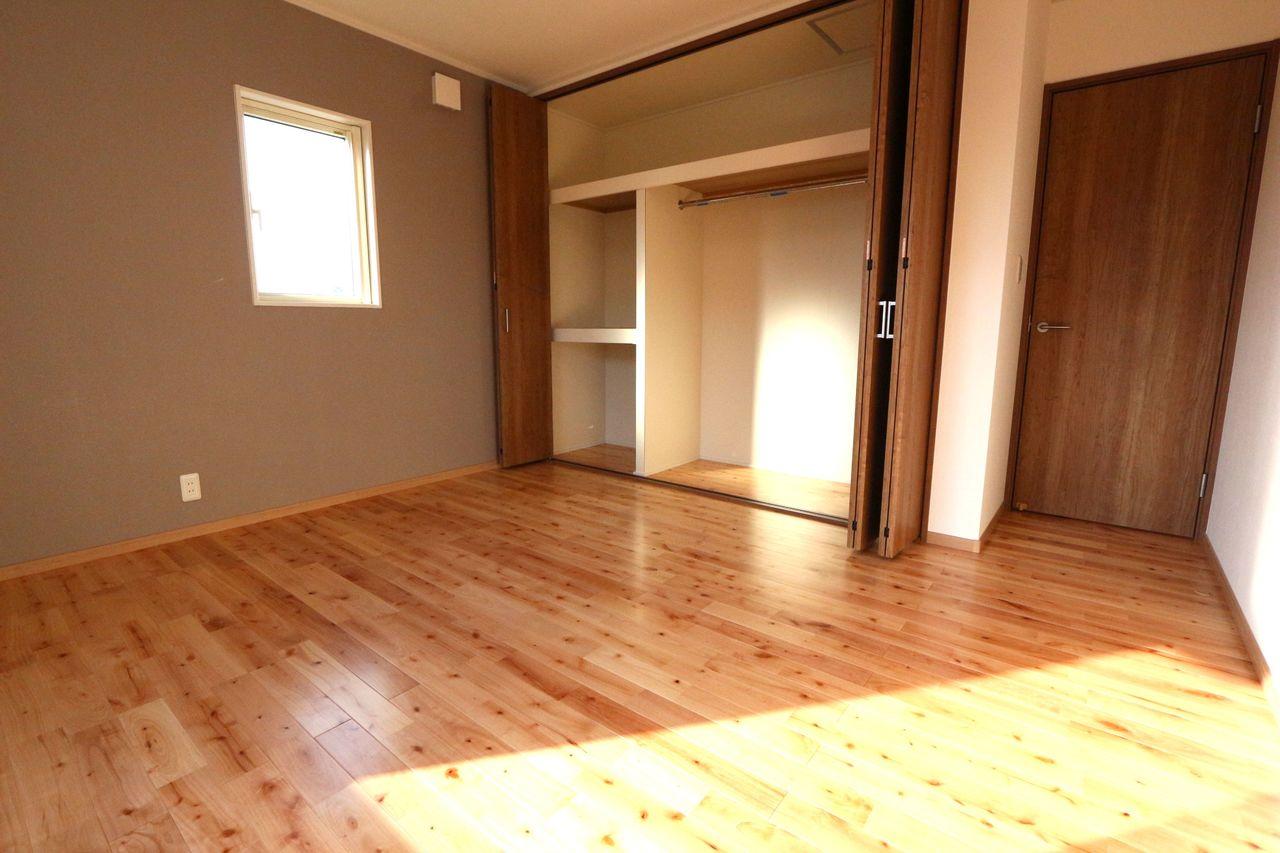 壁一面に大容量のクローゼット。 内部に棚もあり、天井まで有効に お使い頂けます。
