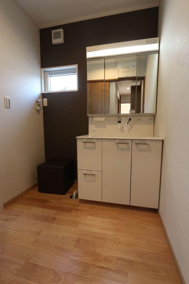 収納スペースたっぷりの洗面台は シャワー付き。 忙しい朝に嬉しい設備です。