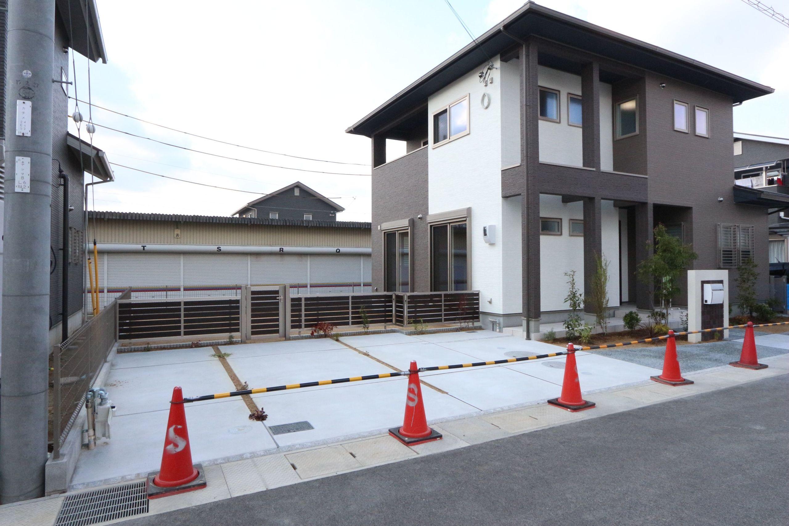 【外観写真】 土地面積60.5坪! 並列で駐車3台可能です。