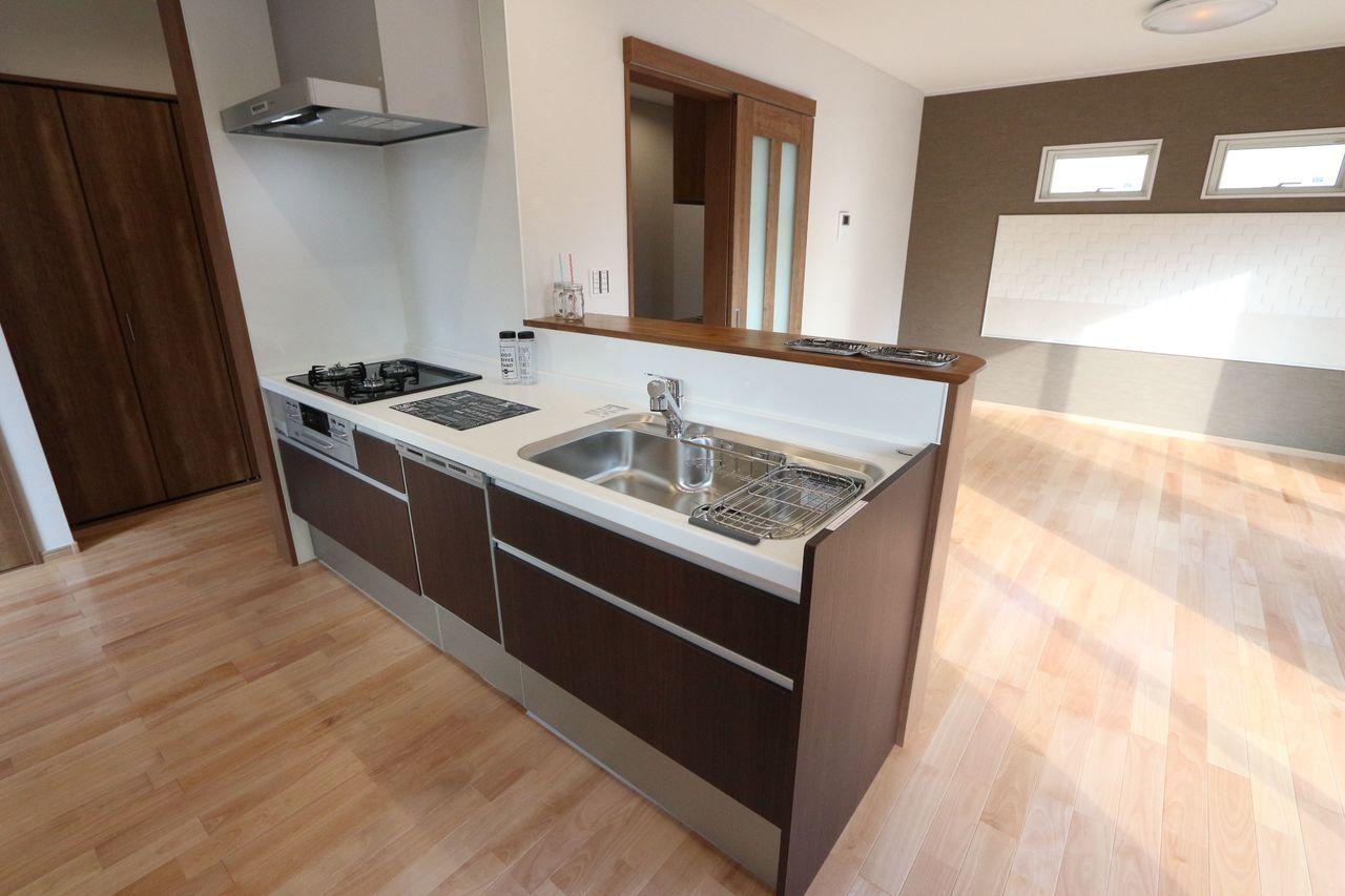 落ち着いた色合いのシステムキッチンは 食器洗浄乾燥機付き。 家事の負担を軽減します。