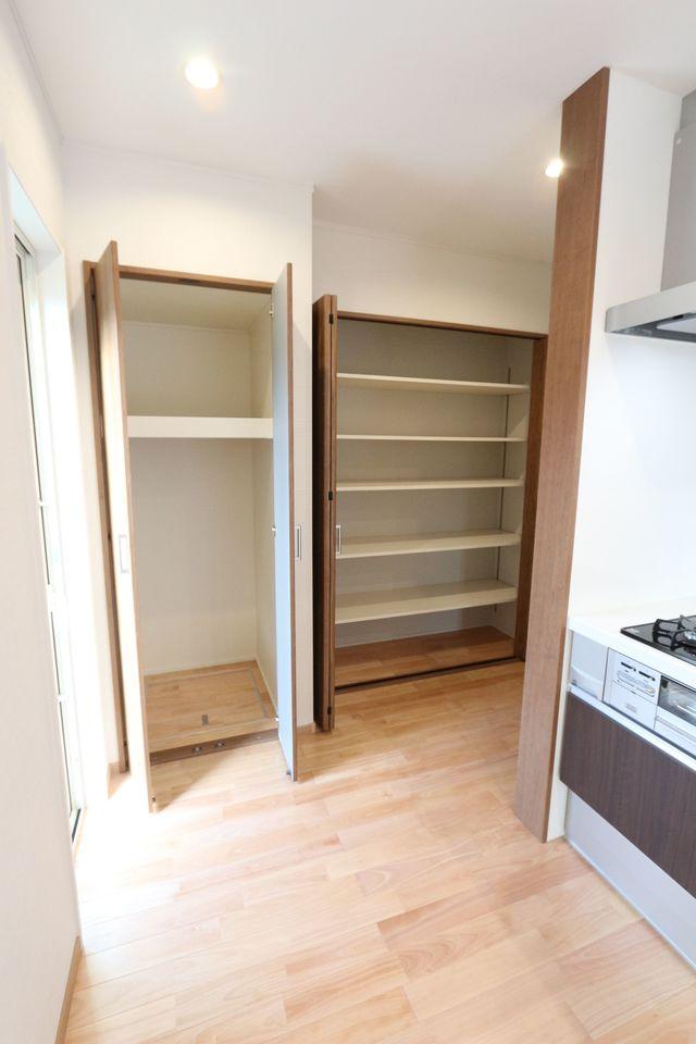 キッチンには大容量のパントリーを設置。 収納力は抜群です。