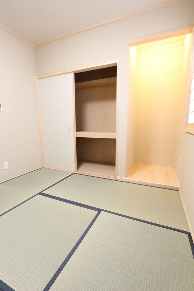 押入れと床の間のある本格和室。