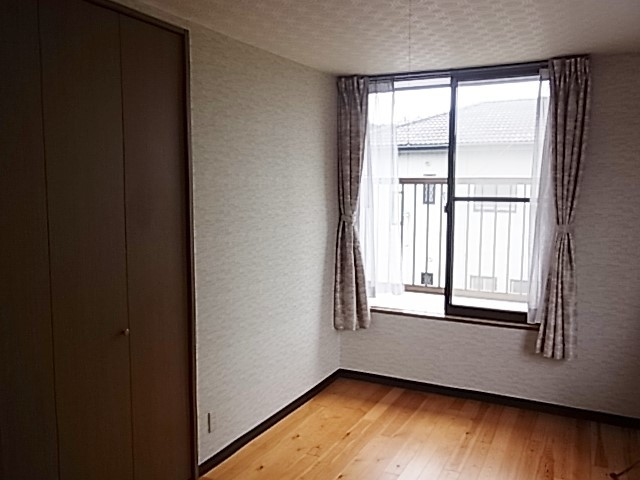 2F西側洋室8畳です