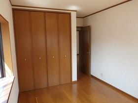 2F洋室約6.5帖 ・お子様が大きくなって荷物が増えても対応できるクローゼットです。