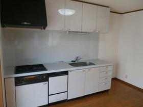 1Fダイニングキッチン ・清潔感のある白を基調としたシステムキッチン