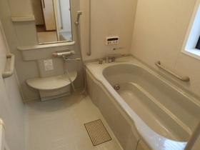 広い浴槽で足をのばして一日の疲れを癒せます。